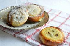 Ochi de bou - gogosi cu branza la cuptor | Savori Urbane Breakfast Snacks, Breakfast Recipes, Romanian Food, Muffin, Cooking Recipes, Sweets, Cookies, Desserts, Drink