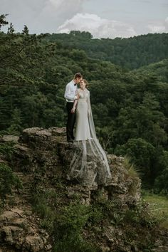 Mountain wedding portrait inspiration | Image by Eastlyn Bright