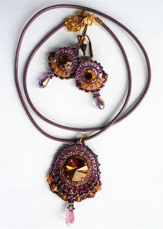 Collier et boucles d'oreilles tissés en perles de Cristal de Swarovski et perles de verre couleurs Orange, violet et prune.