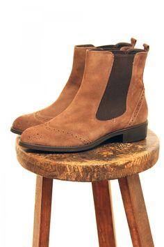 Zapato botín chelsea con picado y elastico lateral. Color marrón. chelsea  bootie aa8333e3b5cc