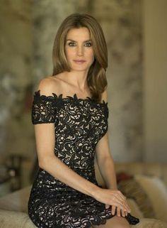 ...com outras um pouco mais reveladoras, como esse vestido de renda curto Foto: Casa de SM el Rey / Cristina García Rodero
