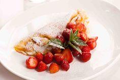 Omlety biszkoptowe z truskawkami  #smacznastrona #przepisytesco #omlet #truskawki #omletbiszkoptowy #śniadanie #mniam