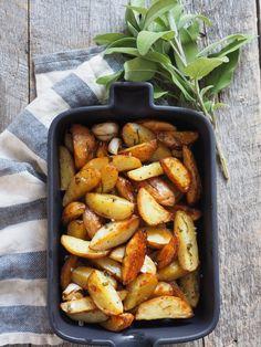 Ovnsbakte poteter med salvie Carrots, Sausage, Food And Drink, Meat, Vegetables, Recipes, Carrot, Veggies, Vegetable Recipes