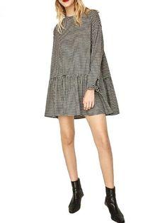 Compre Vestido curto casual com manga longa e modelagem soltinha em padronagem xadrez vichy. Frete Grátis