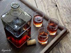 Домашний «коньяк» - 1 л водки 1 ст.л. сахара По 1 ст.л. коры дуба, черного чая, рубленых плодов шиповника 0,5 ст.л. травы зверобоя 2-3 горошины черного перца 0,5 палочки корицы 0,5 ванильного стручка