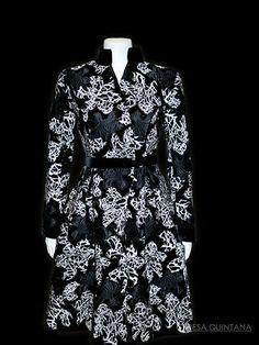 Abrigo-vestido en terciopelo bordado, con cuello maho, cortado en cintura y vuelo en el faldón.