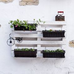 Macetas con palés. Más ideas para decorar con ellos en http://www.mujeresreales.es/hogar/fotos/7-ideas-para-decorar-con-pales/macetasl