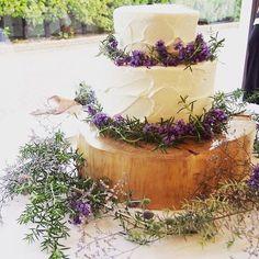 生クリームの塗り方にこだわって作られたというケーキの周りには生花が飾られています。 シンプルなケーキがご希望だったそうで、ケーキの白と紫の花、色のコントラストが本当に綺麗です。 Camp Wedding, Wedding Cake Rustic, Wedding Prep, Hawaii Wedding, Garden Wedding, Wedding Planning, Wedding Images, Wedding Styles, Macaroon Cake