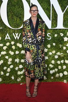 The Jenna Lyons Look Book - The J.Crew style guru is known for her edgy take on preppy classics. Celebrity Red Carpet, Celebrity Look, Celebrity Dresses, Parisienne Chic, Broadway, Jenna Lyons, Radio City Music Hall, J Crew Style, Hollywood