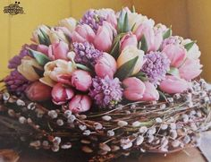 Arrange Spring tulips and perfumed hyacinths in a pussy-willow basket, for a truly wonderful Easter table decoration! Deco Floral, Arte Floral, Easter Flowers, Spring Flowers, Diy Ostern, Easter Parade, Easter Table, Easter Crafts, Easter Decor