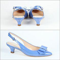 Kitten shoes (scarpe con tacco basso) aperte dietro (modello chanel) in pelle vernice turchese con fiotto in punta. Bon ton.