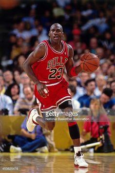 Fotografia de notícias : Michael Jordan of the Chicago Bulls dribbles...