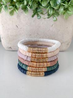 Charm Bracelets For Girls, Cute Bracelets, Handmade Bracelets, Beaded Bracelets, Bracelet Crafts, Jewelry Crafts, Diy Leather Bracelet, Diy Accessoires, Barrettes