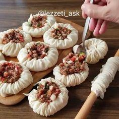 Büzgü börek tarifi 👌Hem tadıyla hemde görüntüsüyle çok güzel bir börek yaptım😍 Videoda nasıl katladığımı detaylı olarak gösterdim, yapılışı… Bakery Recipes, Kitchen Recipes, Wine Recipes, Borek Recipe, Pizza Pastry, Best Recipe Box, Herb Stuffing, Buzzfeed Food, Turkish Recipes