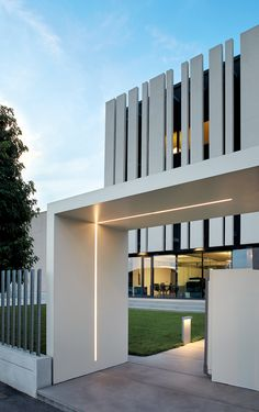 Modern Exterior Lighting, Facade Lighting, Modern Architecture House, Facade Architecture, Facade Design, Exterior Design, Fence Design, Architectural Lighting Design, Modern Villa Design