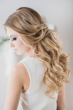 Loose curls, half up half down | Tips for Perfect Wedding Day Hair by Ladylyn Gool and Jenn Kavanagh Photography
