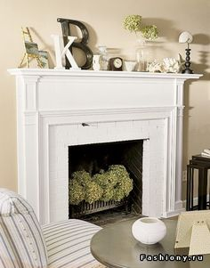 the mantle decor plus hydrangeas (or any flower really) in the fireplace for the spring/summer is genius!Love the mantle decor plus hydrangeas (or any flower really) in the fireplace for the spring/summer is genius! Decor, Cozy Fireplace, Interior, Family Room, Home Fireplace, Fireplace Mantle Decor, Fireplace Design, Mantle Decor, Home Decor