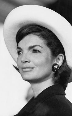 Elegant: Jacqueline Lee 'Jackie' Kennedy Onassis was the wife of the President of the United States, John F. Kennedy, and First Lady of the United States during his presidency from 1961 until his assassination in 1963 Jacqueline Kennedy Onassis, Estilo Jackie Kennedy, John Kennedy, Les Kennedy, Jaqueline Kennedy, Carolyn Bessette Kennedy, Jacklyn Kennedy, Jackie O's, Divas
