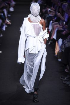 Ann Demeulemeester Spring 2019 Ready-to-Wear Fashion Show Collection: See the complete Ann Demeulemeester Spring 2019 Ready-to-Wear collection. Look 10 Ann Demeulemeester, Fashion Wear, Fashion Brand, Runway Fashion, Fashion Design, Steampunk Fashion, Gothic Fashion, Damir Doma, Cyberpunk Fashion