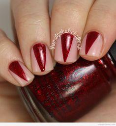 Diseño de uñas, triángulo rojo o colmillo de vampiro
