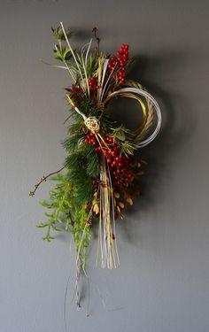 Chinese New Year Decorations, New Years Decorations, Christmas Decorations, Art Floral, Floral Design, Rustic Doors, Holiday Wreaths, Ikebana, Christmas Inspiration