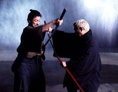 Zatōichi (The Blind Swordsman: Zatoichi) [2003] Japon sinemasının klasiklerinden olan samuraylara odaklanıyoruz bu defa. Takeshi Kitano'nun hem yazıp, hem yönetip hem de başrolünde yer aldığı Gümüş Aslan ödüllü film, kılıç ustası kör bir samurayın hikayesini anlatıyor.