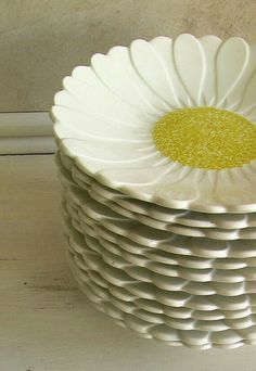 I will eat my croissants off plates like these. Vintage French Gien Plates 1960 - Set of 12 Daisy Pattern via Etsy Vintage China, French Vintage, Vintage Pyrex, Design Vitrail, Daisy Pattern, Plates And Bowls, Kitchen Items, Vintage Kitchen, Tea Party
