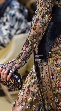 Alexander McQueen Fall 2018 Ready-to-Wear Fashion Show : Alexander McQueen lives on. Love the bugs! The complete Alexander McQueen Fall 2018 Ready-to-Wear fashion show now on Vogue Runway. Couture Mode, Style Couture, Couture Details, Fashion Details, Look Fashion, Couture Fashion, Runway Fashion, Fashion Art, High Fashion