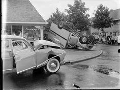 1955 ongeluk bij slagerij Nelis op de stoep hoek Lorentzweg met de v.d. Sande Backhuyzenstraat.