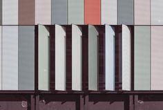 6. Composizione dei dispositivi frangisole. Gli apparati di rivestimento in forma brise soleil, ad altezza di vano e protesi oltre i componenti di facciata, sono costituiti da lastre di vetro regolabili o fisse, prodotte con lo stesso trattamento serigrafico colorato. Soleil sono regolabili elettronicamente per incidere sui raggi solari e per consentire la trasmissione luminosa diffusa negli spazi interni, attraverso la modulazione a mosaico sui piani di facciata.