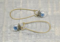 Boucles d'oreilles pendantes, mini globes en verre, terrarium, petites fleurs bleues, métal bronze de la boutique LongNathalie sur Etsy