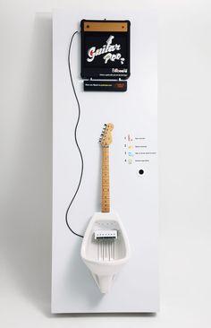 Especial - 10 coisas legais inventadas com o tema Rock'n Roll | ROCK N' TECHA ideia é de um estúdio brasileiro chamado AlmapBBDO. Você urina nas cordas e elas emitem sons de guitarra, ou seja, se o sujeito se diz mestre em solos de guitarra, quero ver se consegue mostrar isso usando seu outro instrumento. O resultado é engraçado! Assista um vídeo demonstrativo com o mictório em ação neste link.