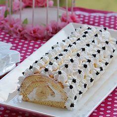 Yumuşacık bir lezzet ve en sevdiğim pasta:) Muzlu Rulo Pasta Malzemeler 4 adet yumurta 1 çay bardağı şeker 1 çay bardağı un 2 çay kaşığı kabartma tozu 1 paket vanilya  Krema için ; 1 kaşık dolusu nişasta 1 kaşık dolusu un  2 bardak süt  1 yumurta sarısı  1 paket vanilya  Yarım su bardağı şeker  yarım kaşık tereyağ  1 paket krem şantinin içinden 2 poşet çıkıyor sadece 1 poşetinin yarısı toz şanti Üzeri için krem şanti veya  1 paket krema 1 çay bardağı pudra şekeri ile çırpılıp pastayı…