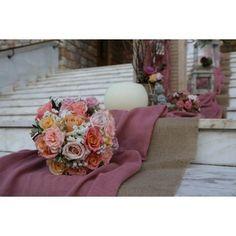 Vintage Στολισμός γάμου με τριαντάφυλλα και κάλλες σε παλ αποχρώσεις με βαλίτσες και πλεκτά με υφάσματα σε σάπιο μήλο και λινάτσα στην Αγ. Αναστασία Περισσού. Table Decorations, Wedding, Furniture, Vintage, Home Decor, Valentines Day Weddings, Decoration Home, Room Decor, Home Furnishings