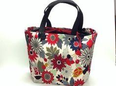 鮮やかな赤色の花柄メインの着物をリメイクしたバッグです。裏生地は、赤色の着物生地を使用しています。口の部分は、黒地巾着になっている為、キュッと結ぶとバッグの中...|ハンドメイド、手作り、手仕事品の通販・販売・購入ならCreema。