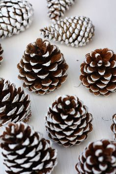 Decoration Christmas, Christmas Door, Christmas Countdown, Christmas Time, Christmas Crafts, Xmas, Christmas Ornaments, Creative Homemade Gifts, Pine Cone Crafts