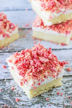 These Strawberry Shortcake Bars are a favorite summer dessert with a out of this world CRUMBLE topping! Strawberry Shortcake Bar Recipe, Strawberry Recipes, Strawberry Brownies, Chocolate Strawberries, Covered Strawberries, Cake Mix Bars, Vanilla Cake Mixes, Crumble Topping, Savoury Cake