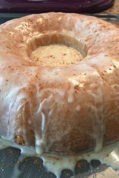 Cinnabon® Cinnamon Roll Cake Recipe This cake is just like the famous cinnamon roll! Cinnabon Cinnamon Roll Cake, Cinnabon Cake, Cinnamon Recipe, Cinnamon Bunt Cake, Cinnamon Roll Glaze, Cinnamon Roll Muffins, Köstliche Desserts, Delicious Desserts, Dessert Recipes