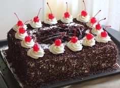 Premium Black Forest Cake kg Greek Sweets, Greek Desserts, Party Desserts, Square Cake Design, Square Cakes, Chocolate Bunt Cake, Cherry Deserts, Candy Recipes, Dessert Recipes