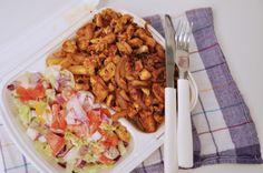 Gyros mit Pommes und Salat.