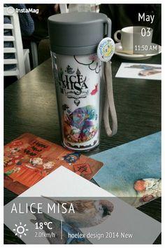 YA!拿到kenny哥的排隊號碼牌,在附近跟插畫師們喝咖啡等開幕簽名,帶著自己的水杯和插畫名信片交流真不錯。— 在華山1914文化創意產業園區