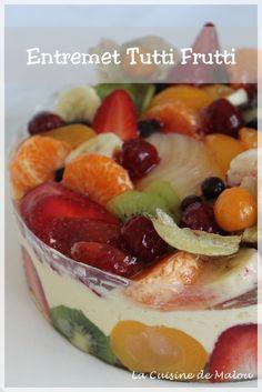 Le printemps est là, le soleil fait son apparition, c'est le temps idéal pour préparer un tutti frutti. Je n'en avais jamais réalisé mais j'ai pris beaucoup de plaisir à le faire et surtout à le décorer. Je trouve que c'est un dessert plein de fraîcheur et de peps... #dessert #entremet #fruits