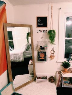 44 Dorm Room Essentials Create a Stylish Space for Lounging, Studying & Sleeping. 44 Dorm Room Essentials Create a Stylish Space for Lounging, Studying & Sleeping Cute Room Ideas, Cute Room Decor, Wall Decor, Dream Rooms, Dream Bedroom, Master Bedroom, King Bedroom, Deco Cool, Dorm Room Designs