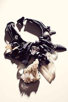Monies-sort-hvid-kæde-med-krystal