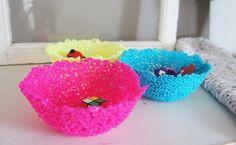 Disse er morsomme å lage, både for barn og voksne. Det er ikke mye du trenger for å lage disse kule skålene av plastperler.