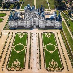 Love that formal garden! Chambord palace is a special kind of place. - Love that formal garden! Chambord palace is a special kind of place. Beautiful Castles, Beautiful Buildings, Beautiful Places, Formal Garden Design, French Country Bedrooms, Formal Gardens, Modern Gardens, Luxury Homes Dream Houses, French Chateau