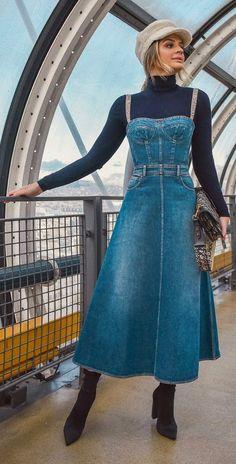 Como investir num visual maximalista descolado. Boina cinza, blusa de gola alta azul marinho, vestido, jardineira com bustiê jeans, ankle boot preta