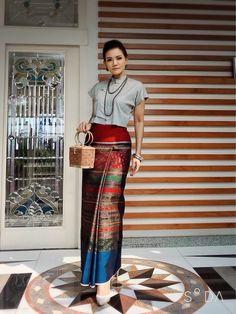 23 Ideas For Style Fashion Muslim Skirts Myanmar Traditional Dress, Thai Traditional Dress, Batik Fashion, Skirt Fashion, Style Fashion, Traditional Dresses Designs, Traditional Outfits, Modern Filipiniana Gown, Thailand Fashion