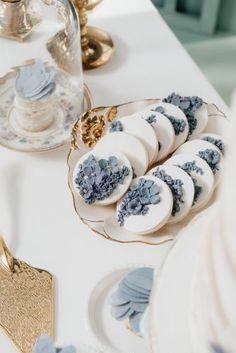 Casamento Azul: dicas e inspirações para usar essa cor no seu casamento!O que é Pinterest e muitas dicas de como usar para planejar e organizar seu casamentoUnha de noiva: tudo o que você precisa saber para arrasar com a unha de casamentoSave the Date: o que é e tudo o que você precisa saber para fazer o seu Wedding Snacks, Wedding Cookies, Blue Wedding Decorations, Wedding Colors, Pretty Birthday Cakes, Birthday Ideas, Blue Gold Wedding, Light Blue Aesthetic, Blue Cakes