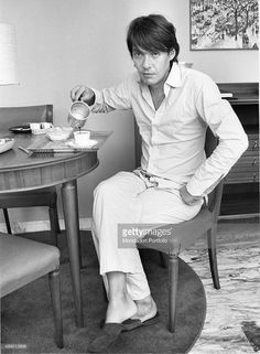 Italian singer-songwriter Fabrizio De André smoking in the kitchen. Disney Hall, Classic Rock Artists, 70s Music, French Artists, Famous People, Hollywood, Singer, Black And White, Cinema